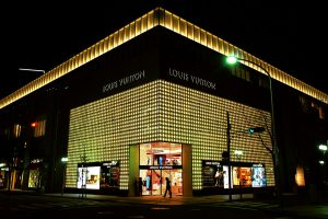 1280px-Louis_Vuitton_Kobe_Maison04s5s3200
